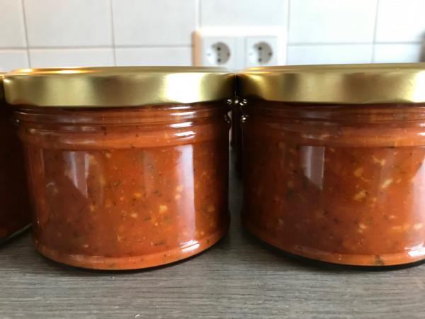 Vegane Bolognese mit Haferschrot und frischen Kräutern